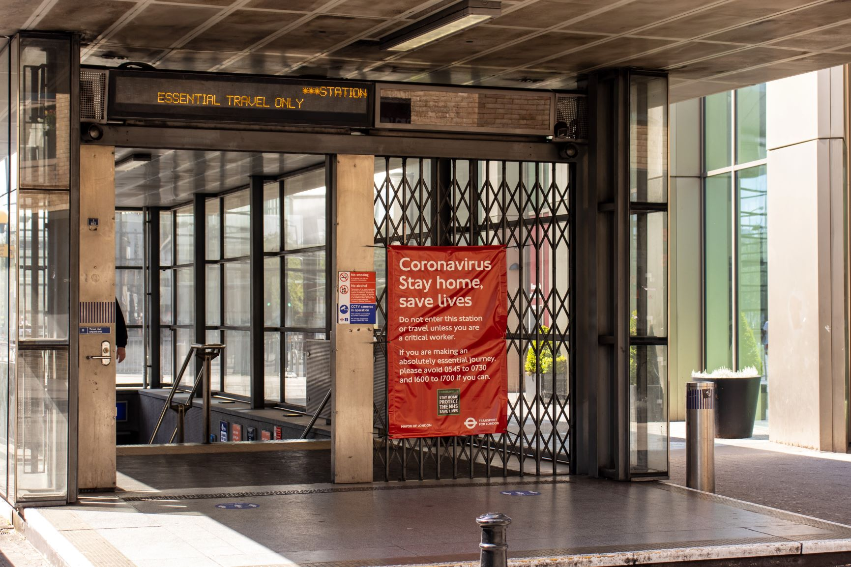 Red banner TFL empty station_small